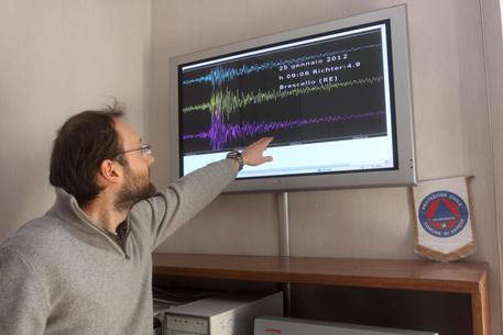 La rilevazione della scossa di terremoto di 4,9 gradi della scala Richter che alle ore 09.06 ha colpito i comuni di Poviglio, Brescello e Castel di Sotto (RE)  impressa su un monitor del Centro Geofisico Alpino di Varese, oggi 25 gennaio 2012, ma che e' stata distintamente avvertita in tutto il nord Italia.  ANSA/EMILIANO CRESPI